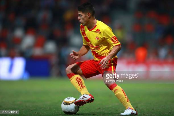 Gaston Lezcano of Morelia drives the ball during a match between Toluca and Morelia as part of the Torneo Apertura 2017 Liga MX Playoff at Nemesio...