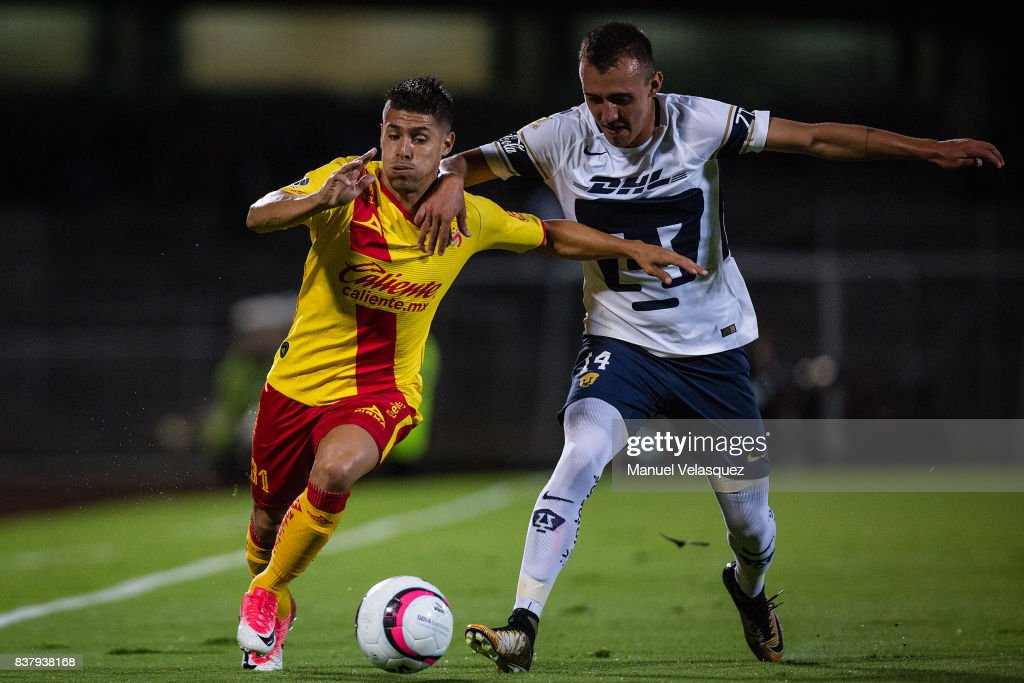 Gaston Lezcano of Morelia (L) fights for the ball with Brian Figueroa of Pumas (R) during the 6th round match between Pumas UNAM and Morelia as part of the Torneo Apertura 2017 Liga MX at Olimpico Universitario Stadium on August 22, 2017 in Mexico City, Mexico.