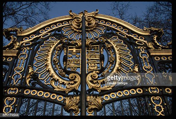 gate at buckingham palace - buckingham palace crest stock pictures, royalty-free photos & images