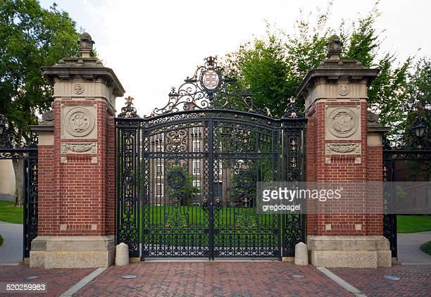 portão de entrada para a universidade de brown de providence, rhode island - brown imagens e fotografias de stock