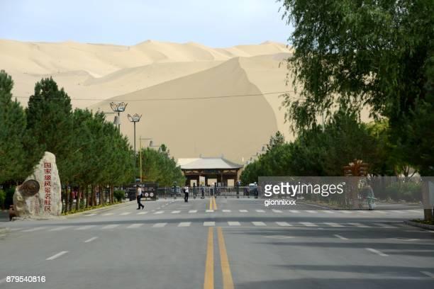 Puerta en la montaña Mingsha, provincia de Dunhuang, Gansu, China