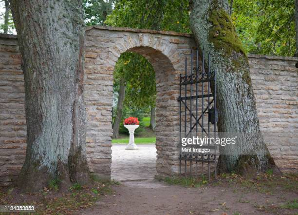 gate entrance to palmse manor - arch architectural feature stock pictures, royalty-free photos & images
