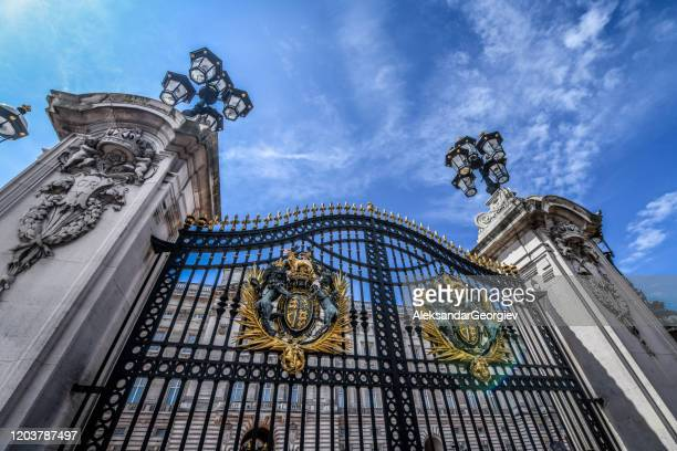 gate in front of buckingham palace in london, uk - buckingham palace crest stock pictures, royalty-free photos & images
