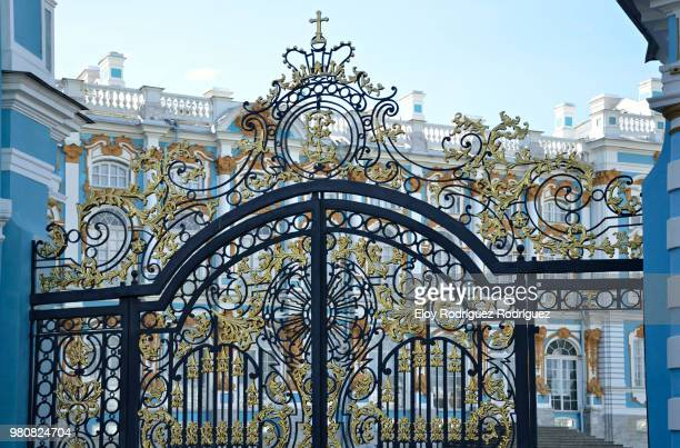 gate of catherine palace, tsarskoye selo, saint petersburg, russia - palast stock-fotos und bilder