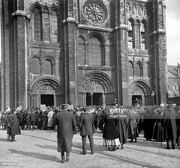 Gate of the basilica SaintDenis Levying of the banner of SaintDenis 1917 Photo Ernest Roger RV53182
