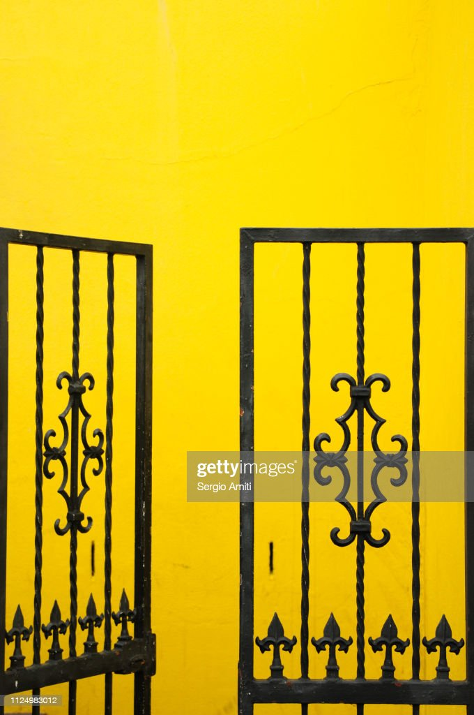 Gate on brightly coloured house in Cape Town : Stockfoto
