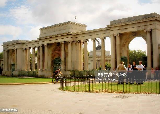 gate to hyde park corner - vogel stock pictures, royalty-free photos & images