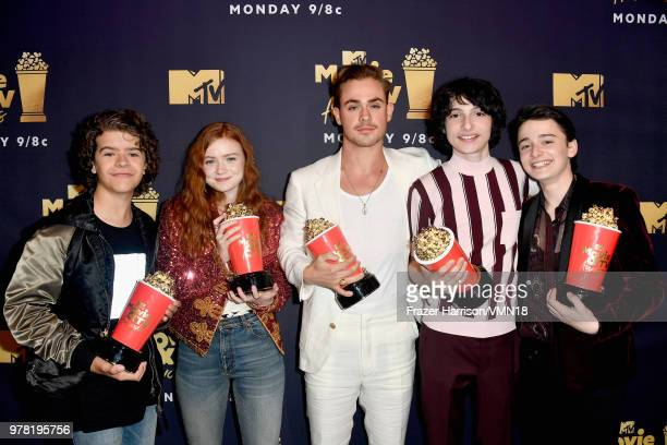 Gaten Matarazzo Sadie Sink Dacre Montgomery Finn Wolfhard and Noah Schnapp pose with the Best Show award for 'Stranger Things' during the 2018 MTV...