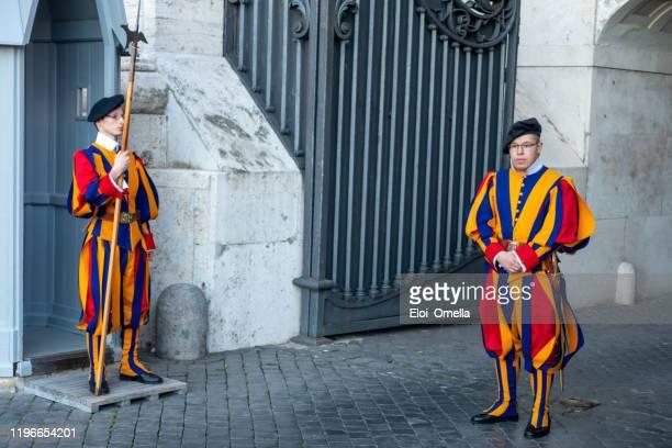 portes de la basilique saint-pierre gardées par des gardes suisses - saint eloi photos et images de collection