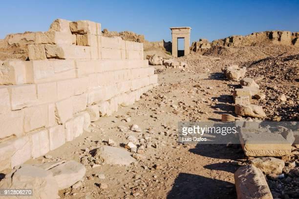 gateway and surrounding walls at dendera temple - tempelcomplex van dendera stockfoto's en -beelden
