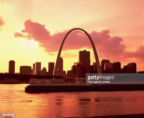 gateway arch and mississippi river - st. louis missouri stock pictures, royalty-free photos & images