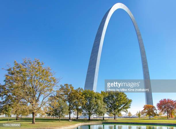 gateway arch - ground level - st. louis missouri stock pictures, royalty-free photos & images