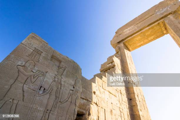 gateway outside dendera temple - tempelcomplex van dendera stockfoto's en -beelden