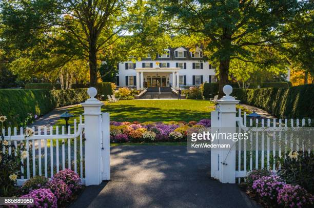gateway to the inn - inn stock pictures, royalty-free photos & images