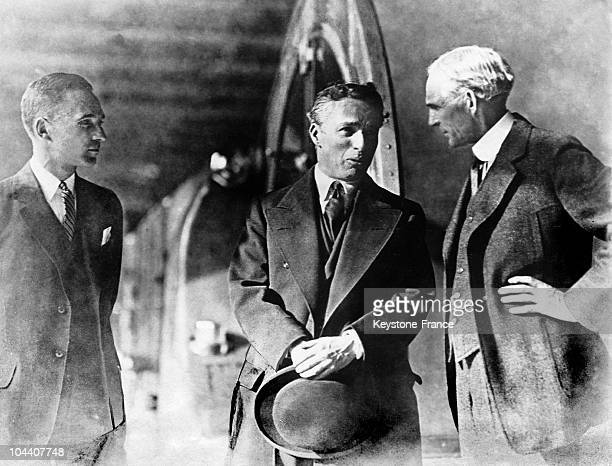 Gathered together in the FORD factories in Detroit are Edsel FORD, Henry FORD'S grand-son, the British actor and filmmaker Charlie CHAPLIN and the...
