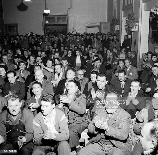 Gathering Of The Udca 1956 Union de défense des commerçants et artisans parti de Pierre POUJADE Lors d'une réunion plan sur le public venu applaudir...