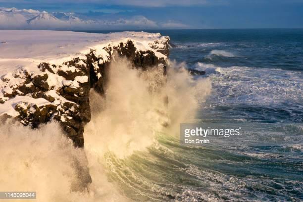gatklettur waves, snaefellsnes peninsula, iceland - don smith stock-fotos und bilder