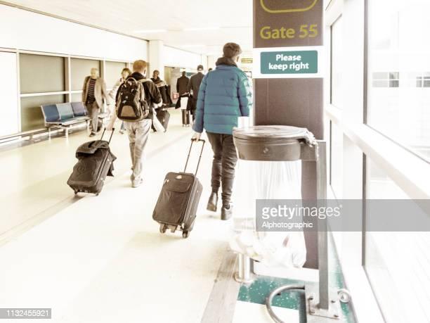 ガトウィック空港出発ラウンジ - ガトウィック空港 ストックフォトと画像
