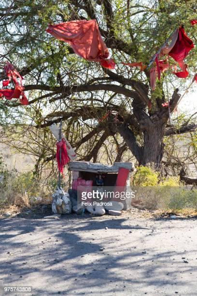 gauchito gil temple at the roadside - gauchito gil fotografías e imágenes de stock