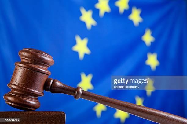 Richterhammer gegen EU-Flagge