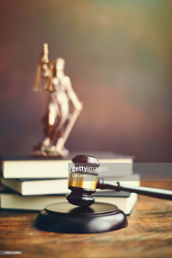 Gavel auf dem Schreibtisch mit Lady Justice : Stock-Foto