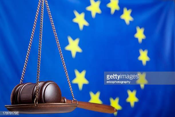 Richterhammer auf Waage gegen EU-Flagge