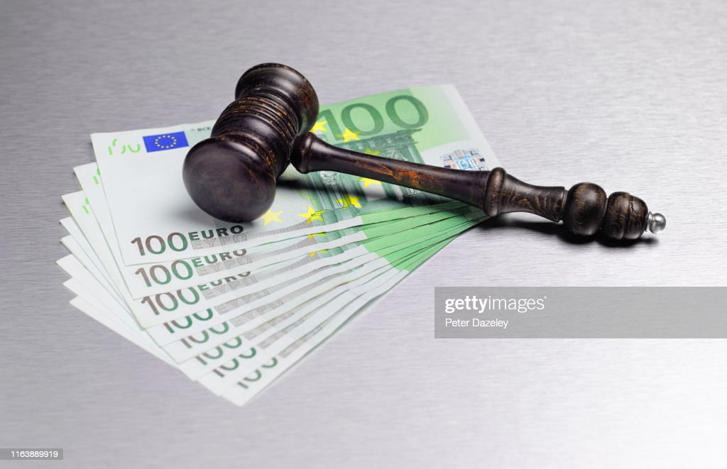 Gavel with Euro currency : Stock-Foto