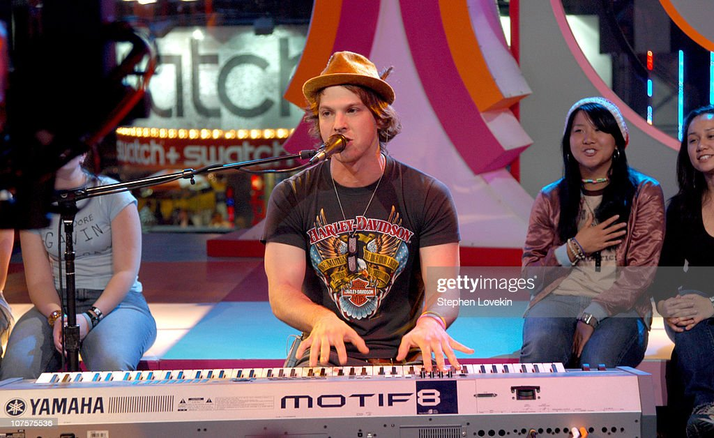 """Green Day, Gavin Degraw and the Cast of """"One Tree Hill"""" visit MTV's """"TRL"""" - November 1, 2004 : News Photo"""