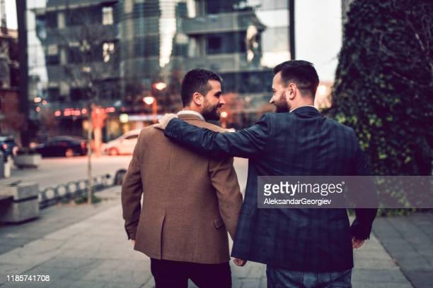 ゲイビジネスマンカップル外出 - 仕事後 ストックフォトと画像