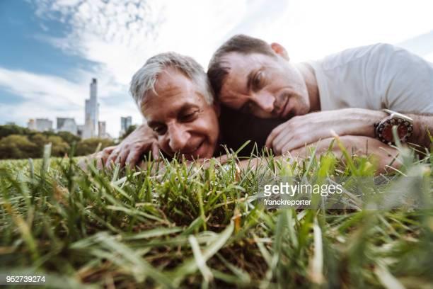 schwules Paar umarmt im Central park