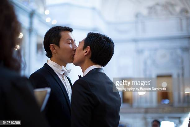 gay couple getting married in san francisco. - baisers lesbiennes photos et images de collection