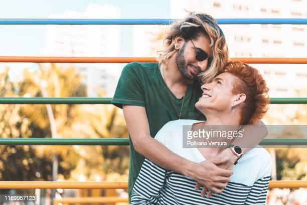 pareja gay en el amor al aire libre - bisexuality fotografías e imágenes de stock