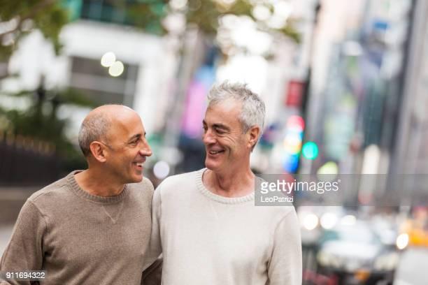 couple gay à new york city - gay seniors photos et images de collection