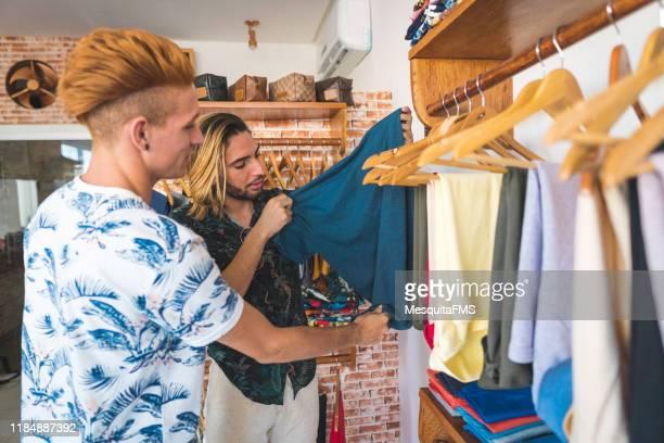 衣料品店のゲイカップル - アルメリア ストックフォトと画像