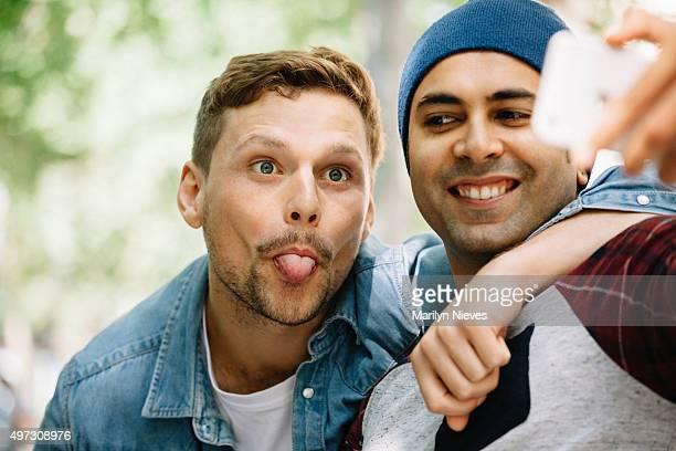 gay paar machen Gesichter für ein selfie