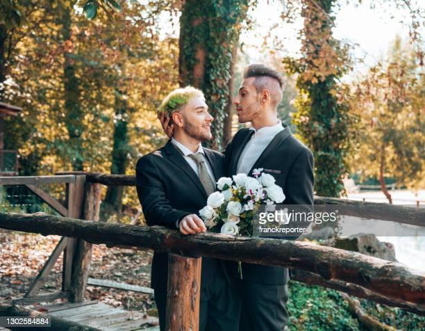 couples homosexuels passionnés ensemble - gay love photos et images de collection