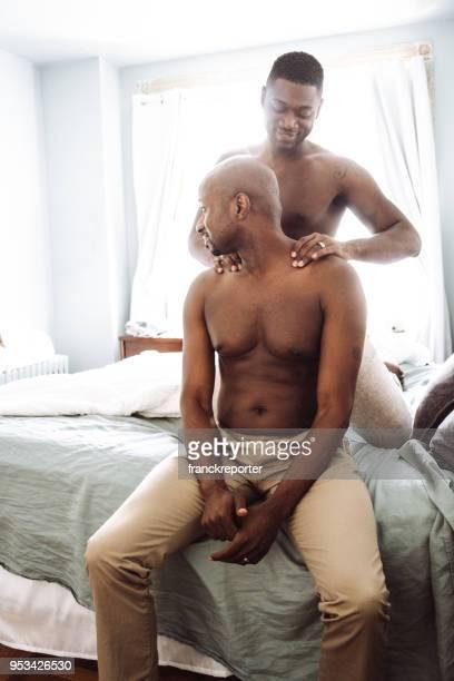 schwules Paar teilen die Massage im Bett