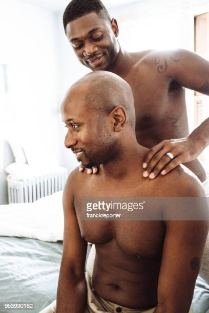 couple gay partage le massage dans le lit - massage tantrique photos et images de collection