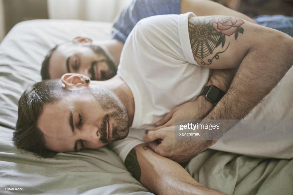 ゲイカップル睡眠オンベッドでホーム : ストックフォト