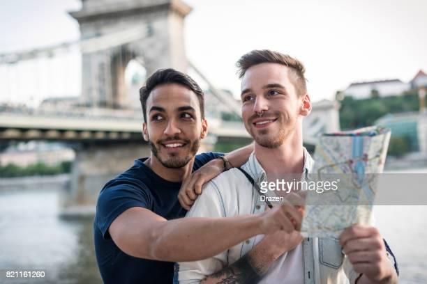 Couple gay visitant les monuments avant d'adieu en Europe orientale