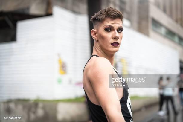 gay hombre en calle de la ciudad - drag queen fotografías e imágenes de stock