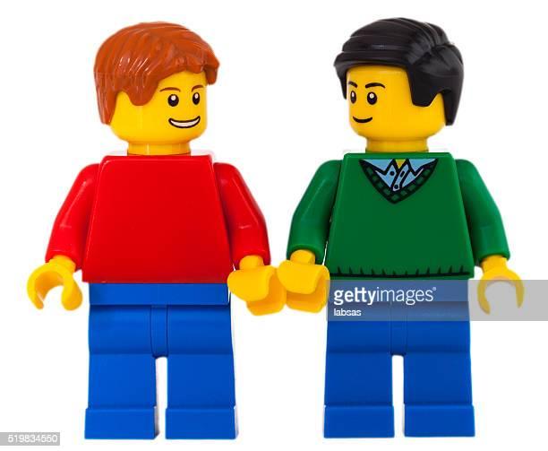 gay homens segurando mão. fotografia de estúdio de mini-figuras lego. - lego imagens e fotografias de stock