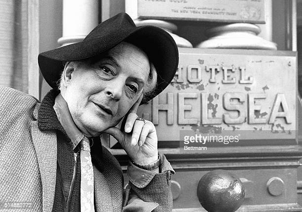 Gay writer Quentin Crisp noted for his autobiography The Naked Civil Servant stands in front of the Hotel Chelsea in New York New York | Location in...