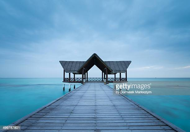 gazebo at the end of a pier in a blue ocean - male maldives stock pictures, royalty-free photos & images