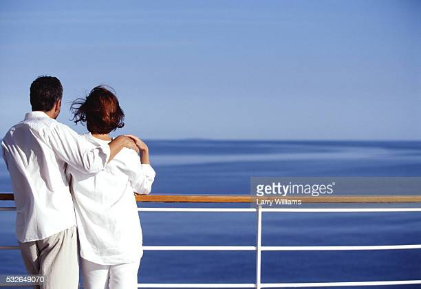 gazing at ocean from cruise ship deck - passagier wasserfahrzeug stock-fotos und bilder