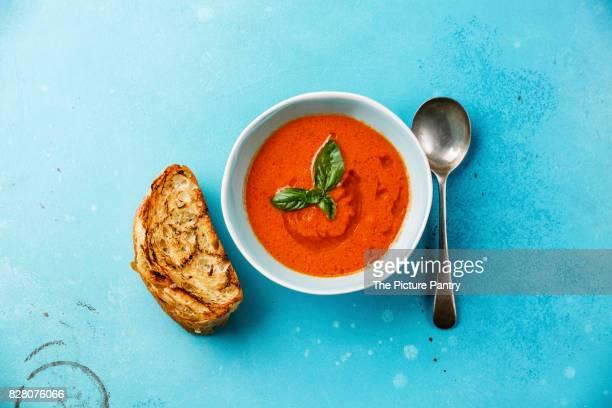 gazpacho tomato summer soup and bread on blue background - vegetais - fotografias e filmes do acervo
