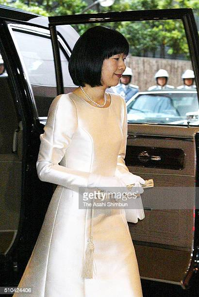 GBride Princess Sayako is seen on arrival for her wedding ceremony at the Imperial Hotel on November 15 2005 in Tokyo Japan