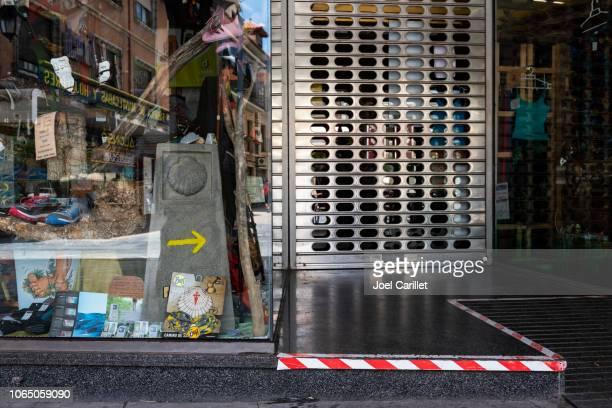 gear winkel voor wandelaars op de camino de santiago in astorga, spanje - sluiten stockfoto's en -beelden