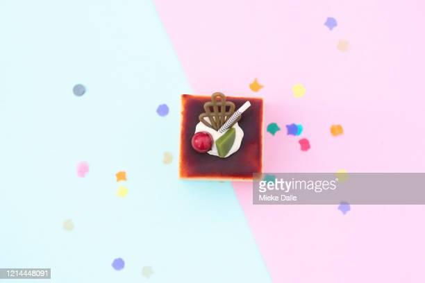 gebak op een gekleurde achtergrond - gekleurde achtergrond stock pictures, royalty-free photos & images