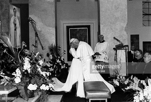 Johannes Paul II Papst Polen Polenreise 1987 Gebet in Warschau vor einem Bildnis von Jerzy Popieluszko